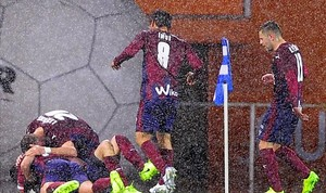 Los jugadores del Eibar celebran el gol de Escalante