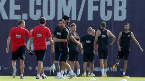 Leo Messi (centro) durante la sesión de entrenamiento matinal del FC Barcelona de este lunes