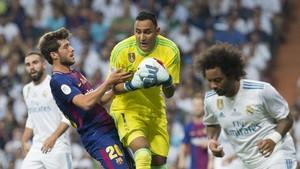 Sergi Roberto se topó con Keylor Navas en una de sus constantes subidas