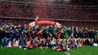 GRA416. MADRID, 22/05/2016.- Los jugadores del FC Barcelona posan con el trofeo tras vencer al Sevilla en la final de la Copa del Rey disputada esta noche en el estadio Vicente Calder�n, en Madrid. EFE/JuanJo Mart�n