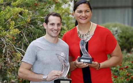 Lavillenie y Valerie Adams con los trofeos que les acreditan como los mejores atletas del a�o