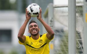 Aubameyang aseguró que seguirá, al menos esta temporada, en el Borussia Dortmund