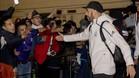Benzema saluda a los aficionados blancos a su llegada al aeropuerto