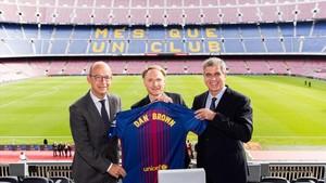 Dan Brown ya tiene su camiseta del Barça personalizada