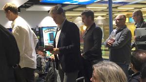 Urbano Ortega y Robert Frenández, en el aeropuerto de Gatwick este lunes por la mañana