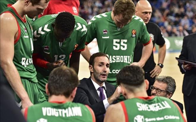 Sito Alonso dando instrucciones a sus jugadores durante un tiempo muerto ante el Olympiacos