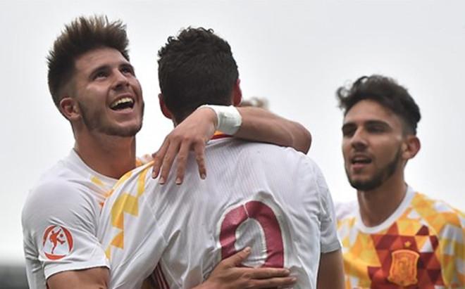 Sus compa�eros felicitan a Abel Ruiz tras marcar el 0-2