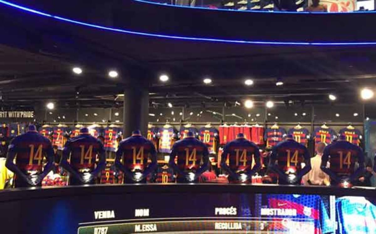 La Tienda del Bar�a en el Camp Nou luce el 14 de Cruyff