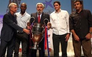Cruyff, Abidal, Edmílson y Alexanko, posando con la Champions
