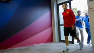 Ernesto Valverde entra en la sala de prensa de la Ciudad Deportiva Joan Gamper del Barça en Sant Joan Despí