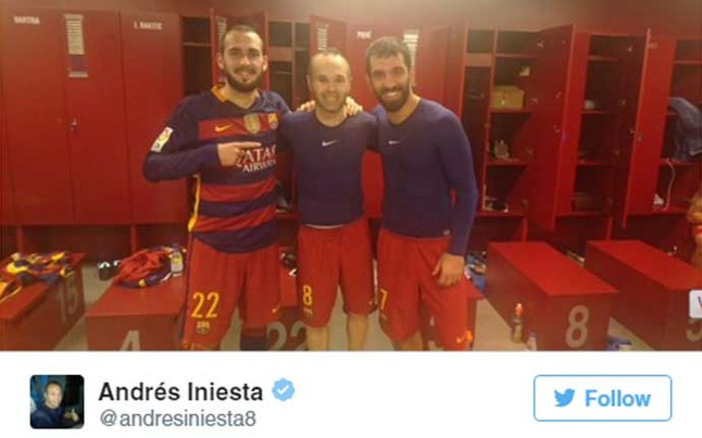 Los debutantes Turan y Aleix Vidal, con el capit�n Iniesta