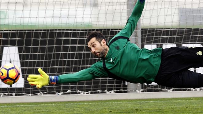 Diego López supera su bursitis y podrá jugar ante Osasuna