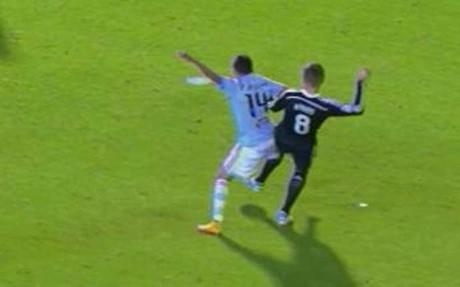 Instant�nea del momento en el que supuestamente Kroos derriba a Orellana