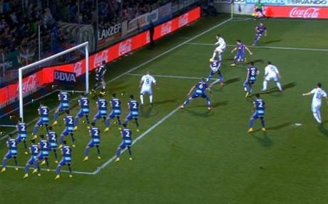Los usuarios de Twitter no tardaron en ridiculizar el fuera de juego de Benzema