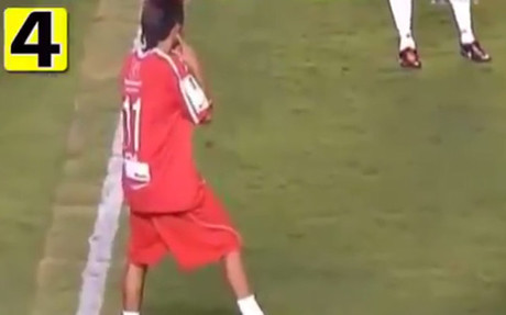 Neymar par� un partido para hablar por tel�fono