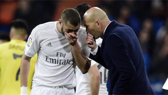 Zinedine Zidane habla con Karim Benzema dialogan en la banda durante el Real Madrid - Villarreal de la Liga BBVA 2015/16