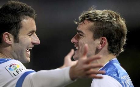 Griezmann celebra un gol con Agirretxe. / EFE