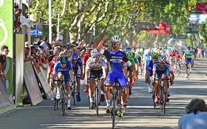 El colombiano Fernando Gaviria es el nuevo líder tras anotarse al sprint la segunda etapa