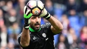 Buffon asegura que le hace feliz jugar en la Champions