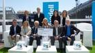 El consejero delegado de Banco Sabadell Jaime Guardiola, y el director de La Vanguardia, Màrius Carol, junto a las ocho entidades solidarias en la clausura de 10 años, 10 razones, 10 causas