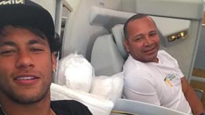 Neymar, junto a su padre en un avión