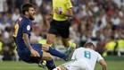Kroos derriba a Leo Messi en una acciión del duelo del Bernabéu