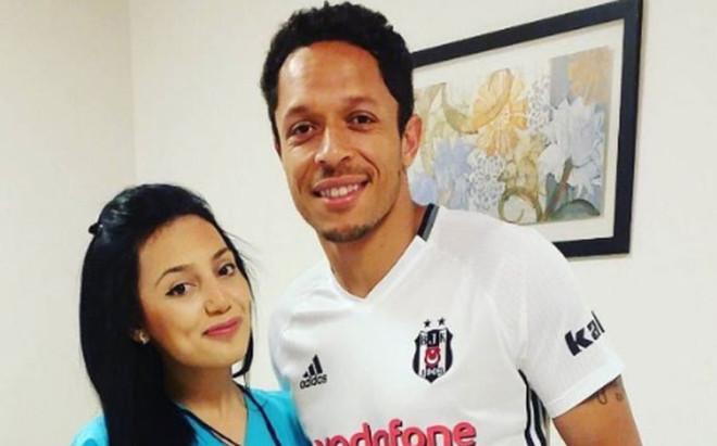 Adriano ya viste la camiseta del Besiktas