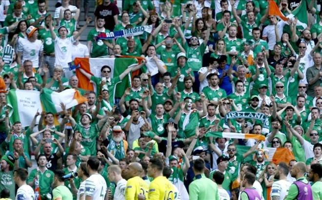 La afici�n de Irlanda, despidiendo a sus jugadores con c�nticos tras la eliminaci�n ante Francia