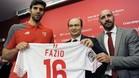 Fazio, presentado en el Sevilla, junto al presidente Pepe Castro y Monchi, director deportivo
