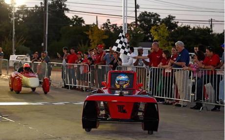Fernando Alonso pilotando un coche ecol�gico de Shell