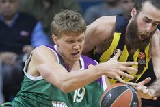 Kuzminskas pugna con Datome durante el duelo disputado en Estambul