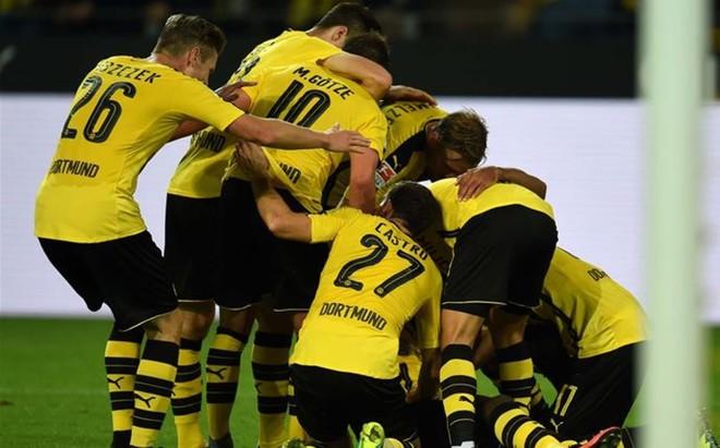 Los jugadores del Dortmund hacen pi�a para celebrar el gol de Aubameyang