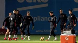 La plantilla del Barcelona durante una sesión de entrenamiento