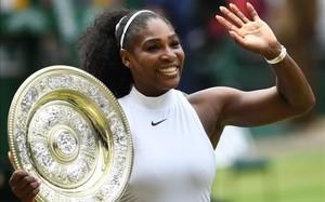 Serena Williams con su nuevo trofeo de Wimbledon... el séptimo y el grande número 22