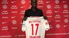 Upamecano posa con la camiseta de su nuevo equipo