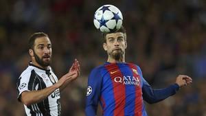El defensa blaugrana disputando un balón con Higuaín