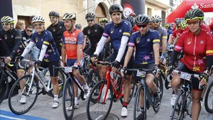 En Villava, Indurain con el resto de excorredores antes de tomar la salida
