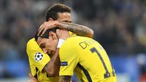 Neymar abraza a Di María tras el gol del argentino al Anderlecht