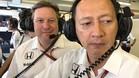 Brown, con Hasegawa, en el box de McLaren