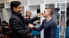 Nasser Al-Khelaifi y Marco Verratti se saludan en el vestuario del PSG tras el partido de Champions contra el Barça (4-0)