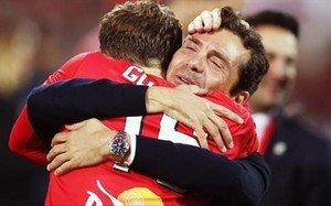 Amor se abraza a Goodwin al acabar la final y proclamarse campeón de Liga
