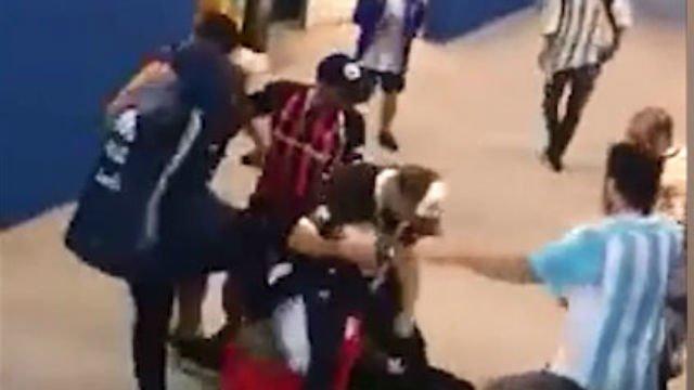 Brutal agresión de unos hinchas argentinos a unos croatas