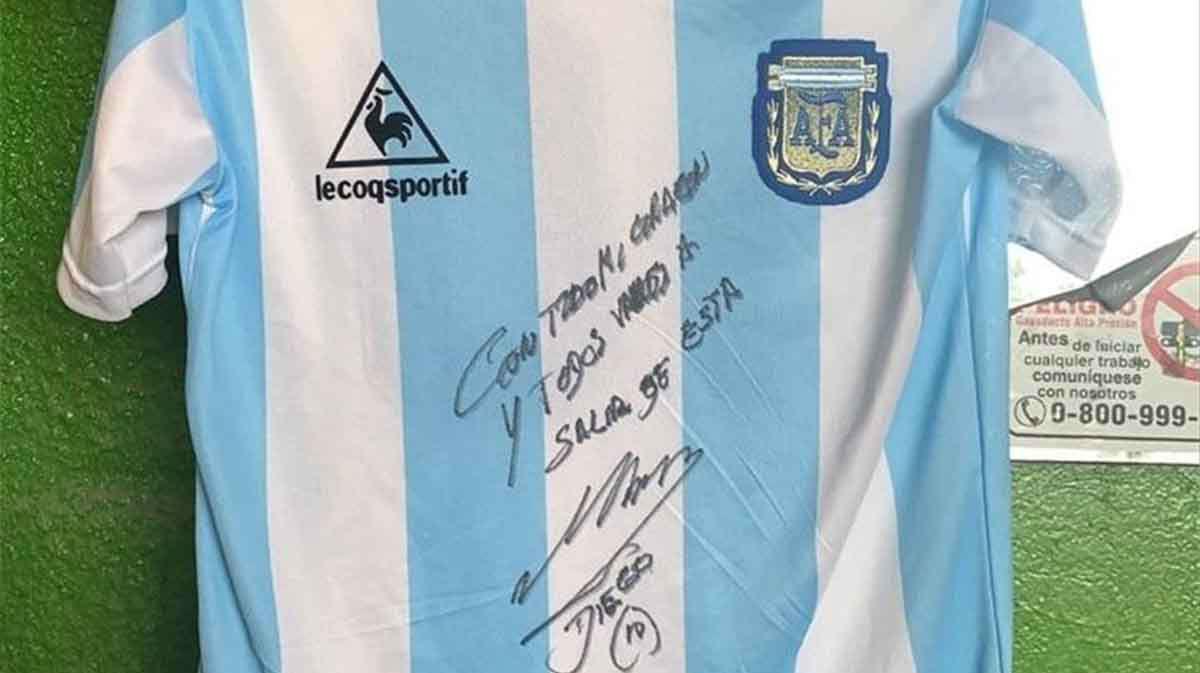 Camiseta autografiada por Maradona, motor de una acción social por un comedor