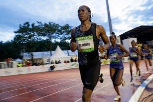 Caster Semenya de sudafrica reacciona trasn ganar el la carrera femenina de 2000m durante la Frances LNA (athletics national association) Reunión Pro Athle Tour em el Jean-Delbert stadium en Montreuil.