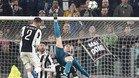 Cristiano Ronaldo remata de chilena durante el Juventus-Real Madrid de la Champions 2017/18