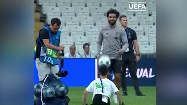 El detalle de Salah con un niño de la UEFA Foundation