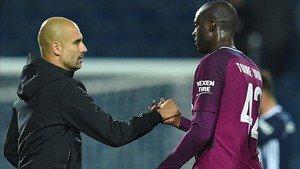 Guardiola felicita a Yaya Touré tras el partido del miércoles contra el West Brom