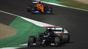 Hamilton con Sainz en su parte trasera.