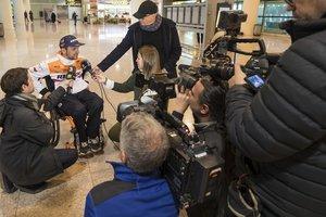 Isidre Esteve atiende a los medios en el aeropuerto de El Prat