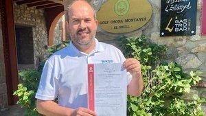 Jordi Puig, gerente de Golf Montanyà, muestra el certificado de Bureau Veritas